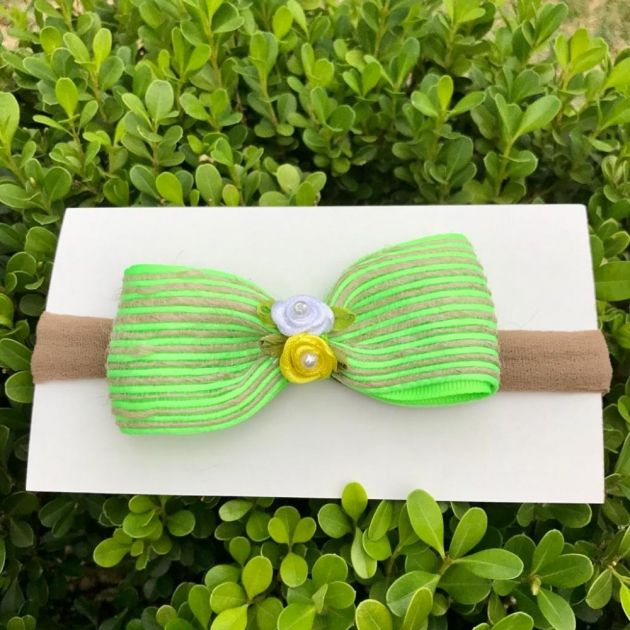 Faixa Infantil Bege Com Laço de Fita Juta Verde Neon Flor Branca e Amarelo P Euro Baby
