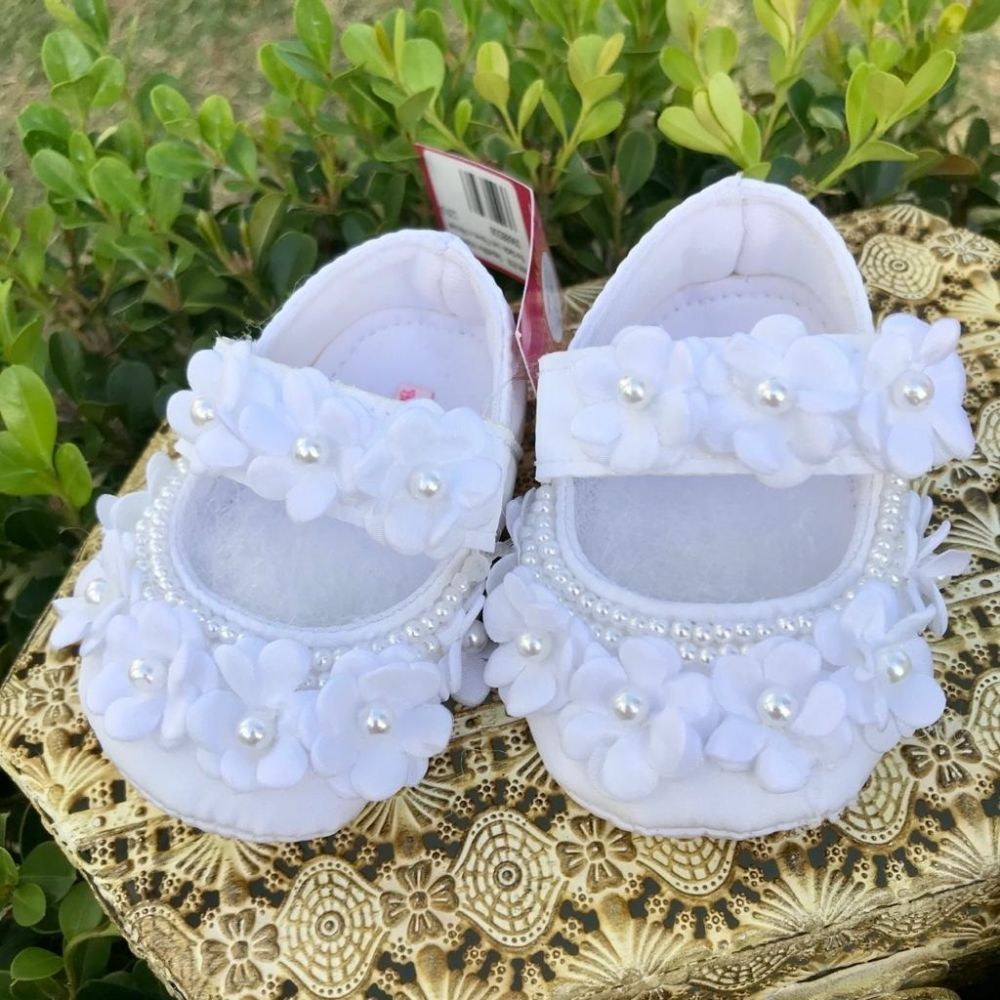 Sapatilha Infantil Baby Bordada com Flores e Pérolas Branca Roana