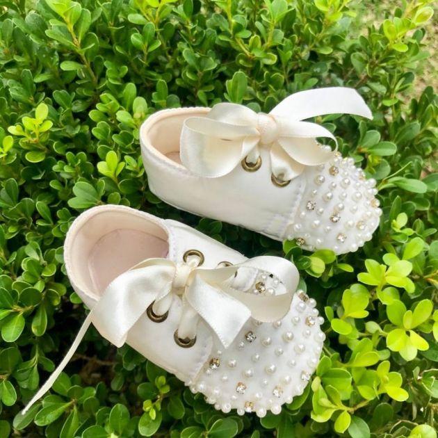 Sapato Infantil com Amarração de Cetim e Bordado com Pedrarias Off Roana